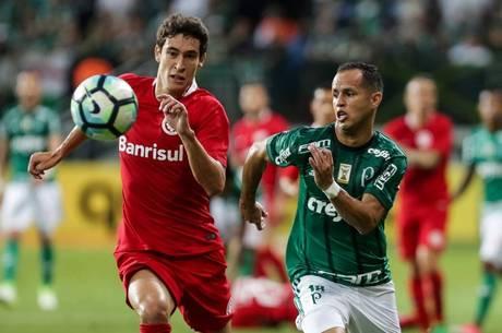 O jogador Guerra do Palmeiras e Rodrigo Dourado do Internacional durante a partida entre Palmeiras SP e Internacional RS, válida pela Copa do Brasil 2017, no Estádio Allianz Parque, em São Paulo (SP), nesta quarta-feira (17).