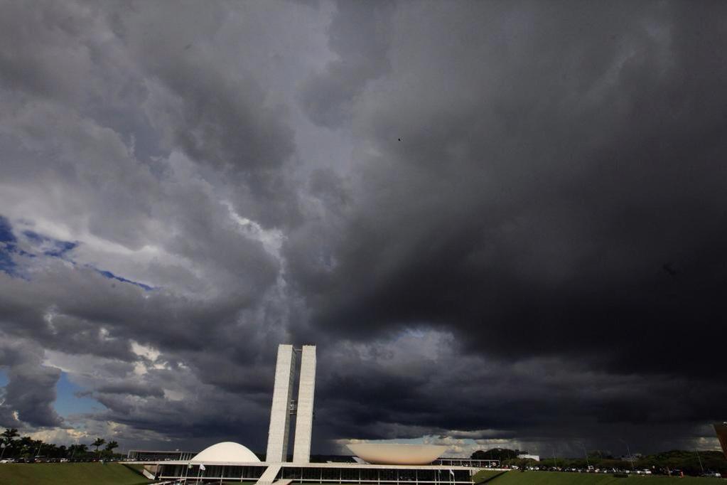 Resultado de imagem para NUVENS NEGRAS EM BRASILIA charges